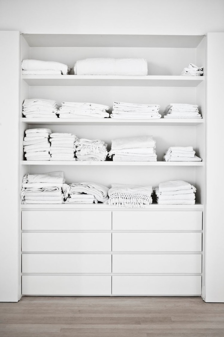 white-linen-closet-photo-karel-balas-milk