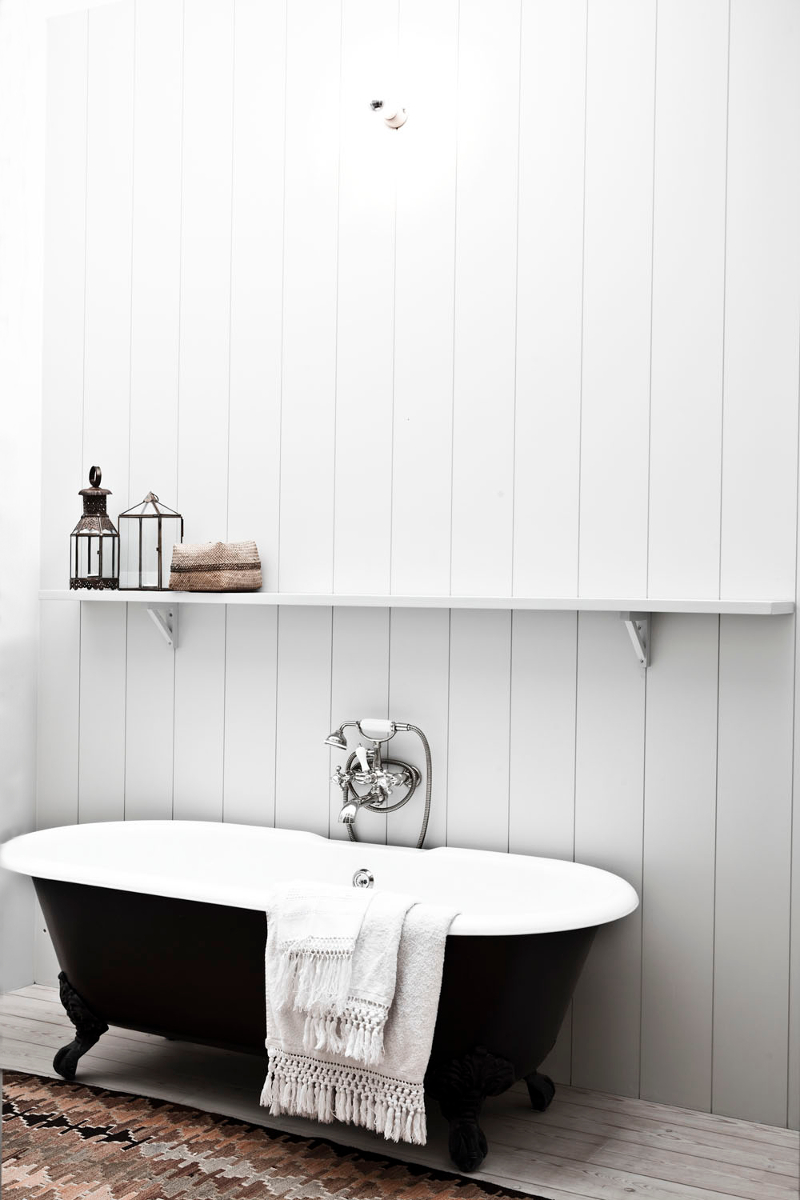 wood-paneled-walls-bathtub-natural-wood-floors-photo-karel-balas-milk